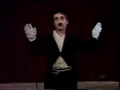 Chespirito imitando Chaplin, na década de 1970. Fonte: Vizinhança do Chaves