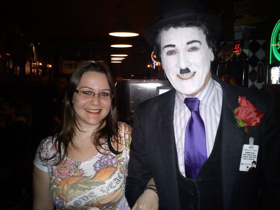 A Nati é só sorrisos, ao lado do Chaplin Gaúcho