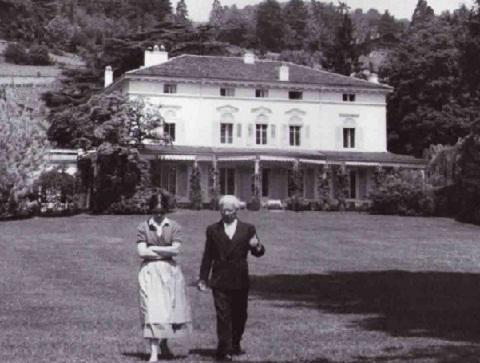 Oona e Charlie, em frente à mansão.