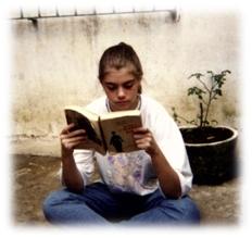 Milene, aos 14 anos já lendo uma biografia de Charlie.