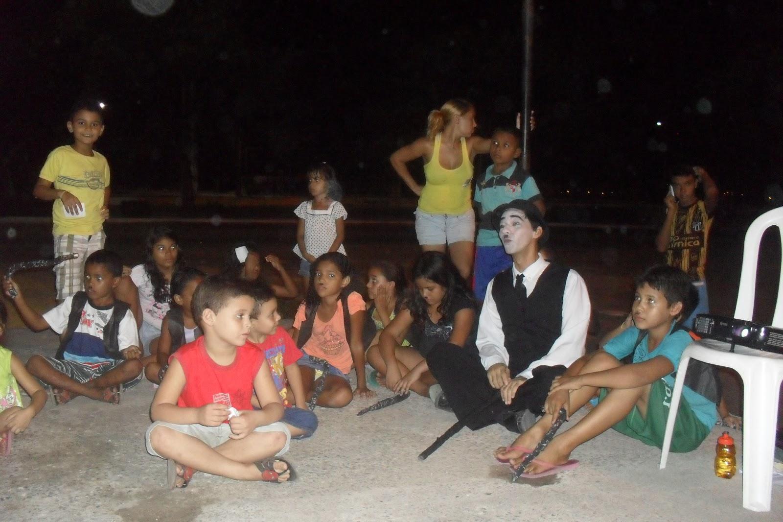 As crianças se divertem -e aprendem - com Carlitos.