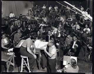 Gravando a trilha de O Grande Ditador. Fonte: Charlie Chaplin Official Website