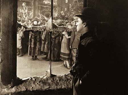 Mais que espectadores, devemos alcançar o status de protagonistas da nossa própria existência. Foto: The Gold Rush (1925)