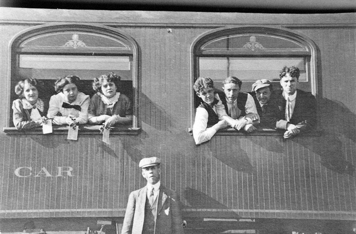 Turnê da Companhia Karno. Charles Chaplin à direita.