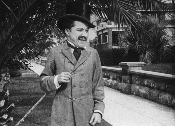 O primeiro personagem de Chaplin no Cinema, em Making a Living, de 1914.