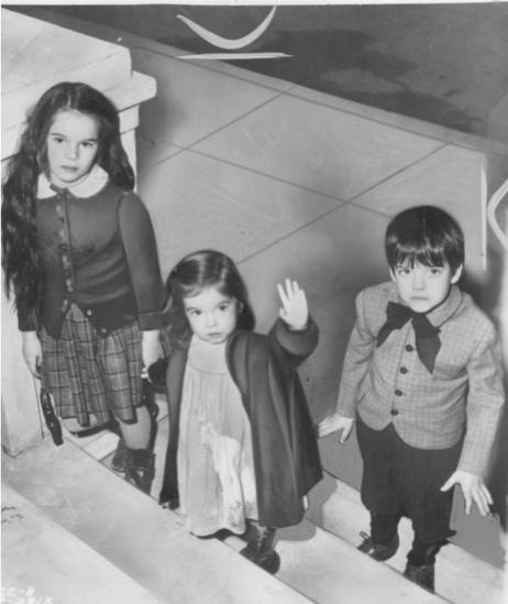 """Em """"Luzes da Ribalta"""": Geraldine (8), ao lado dos irmãos, Michael (6) e Josephine (3)."""