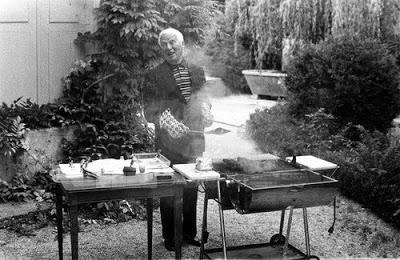 Chaplin preparando um churrasco